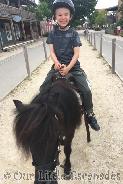 ethan pony rides disneys hotel cheyenne disneyland paris