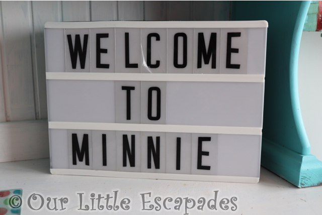 welcome minnie sign