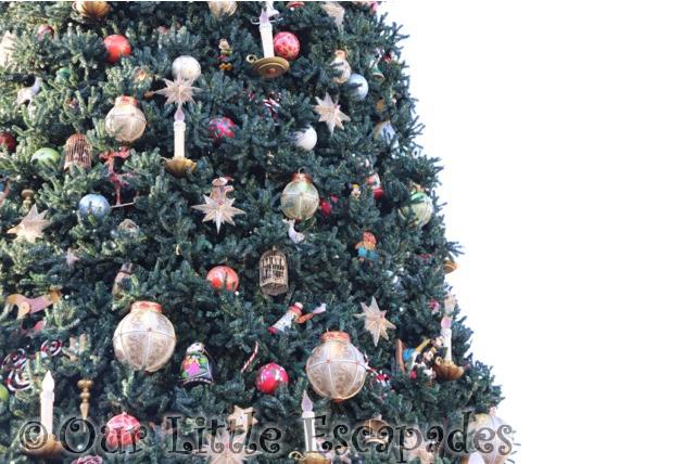 disneyland paris christmas tree decorations disneyland paris at christmas